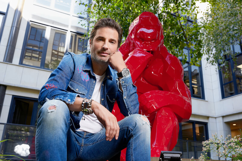 Richard Orlinski with red Kong statue